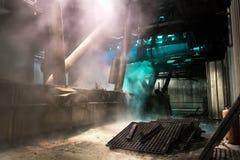 Interior de la fábrica, fábrica oscura de la ruina Fotos de archivo libres de regalías