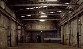 Interior de la fábrica vieja del abandono Un interior de la estructura del ind vacío Imagen de archivo