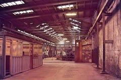Interior de la fábrica vieja del abandono Un interior de la estructura del ind vacío Fotografía de archivo