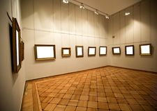 Interior de la galería con el marco vacío en la pared Fotos de archivo libres de regalías