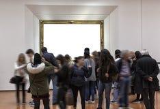 Interior de la galería con el marco vacío en la pared Foto de archivo