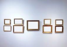 Interior de la galería de arte con los marcos vacíos Imagen de archivo libre de regalías