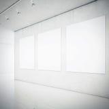 Interior de la galería con los marcos en blanco Fotos de archivo
