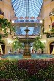 Interior de la GOMA - el centro comercial en la Plaza Roja, Moscú, Rusia foto de archivo