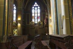 Interior de la iglesia (basílica) de San Pedro y de San Pablo en Vysehrad imágenes de archivo libres de regalías