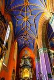 Interior de la iglesia católica construida en el siglo XV en el estilo gótico Imagen de archivo libre de regalías