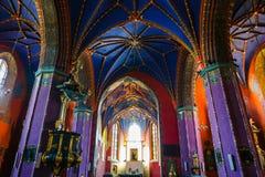 Interior de la iglesia católica construida en el siglo XV en el estilo gótico Fotografía de archivo libre de regalías