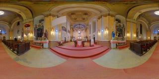 Interior de la iglesia católica de San Pedro en Gherla, Rumania foto de archivo libre de regalías