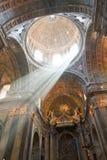Interior de la iglesia con el haz luminoso Fotografía de archivo