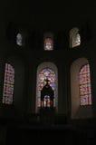 Interior de la iglesia con la ventana de cristal manchada Fotografía de archivo libre de regalías