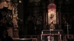 Interior de la iglesia del templo almacen de metraje de vídeo