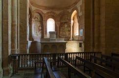 Interior de la iglesia en Gourdon Francia foto de archivo