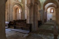 Interior de la iglesia Gourdon Francia foto de archivo