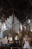 Interior de la iglesia de la natividad, Belén, con los peregrinos fotos de archivo libres de regalías
