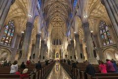 Interior de la iglesia de Nueva York St Patrick imagenes de archivo