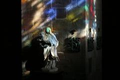 Interior de la iglesia pintado con la luz del vitral imagen de archivo