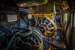 Interior de la locomotora diesel vieja sin el motor imagenes de archivo
