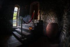Interior de la mansión abandonada espeluznante vieja Escalera y columnata Calabaza de Halloween en las escaleras oscuras del cast imagen de archivo libre de regalías