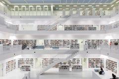 Interior de la mayoría de la biblioteca futurista en blanco con las escaleras Imagen de archivo