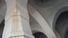 Interior de la mezquita cagada de Gombuj en Bagerhat, Bangladesh almacen de metraje de vídeo