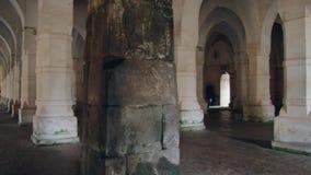 Interior de la mezquita cagada de Gombuj en Bagerhat, Bangladesh almacen de video