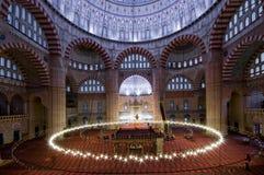 Interior de la mezquita con las luces Foto de archivo libre de regalías