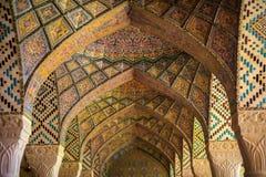 Interior de la mezquita iridiscente imagenes de archivo