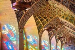 Interior de la mezquita iridiscente fotografía de archivo libre de regalías