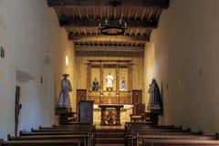 Interior de la misión San Juan Capistrano fotografía de archivo libre de regalías