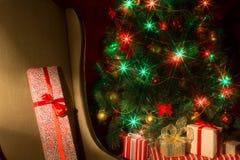 Interior de la Navidad con el árbol de navidad y la silla iluminados Fotografía de archivo libre de regalías