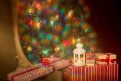 Interior de la Navidad con el árbol de navidad y la silla iluminados Soldado enrollado en el ejército Imagen de archivo libre de regalías