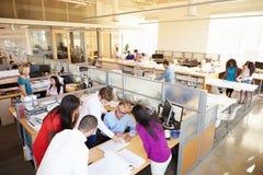 Interior de la oficina abierta moderna ocupada del plan Fotos de archivo libres de regalías
