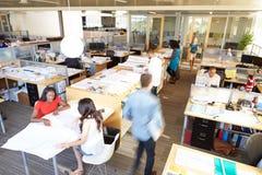 Interior de la oficina abierta moderna ocupada del plan Foto de archivo libre de regalías