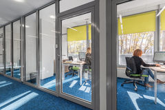 Interior de la oficina con la pared de cristal foto de archivo libre de regalías