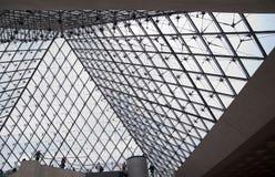 Interior de la pirámide de Musée du Louvre Imagen de archivo libre de regalías