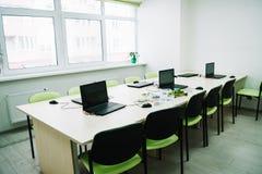 interior de la sala de clase con los ordenadores portátiles en el escritorio en el tronco fotografía de archivo