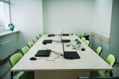 interior de la sala de clase vacía con los ordenadores portátiles en el escritorio en el tronco imágenes de archivo libres de regalías
