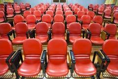 Interior de la sala de conferencias con las sillas rojas Imagenes de archivo