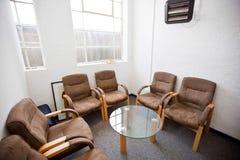 Interior de la sala de espera con las sillas y de la tabla en la estación de televisión Imagen de archivo libre de regalías