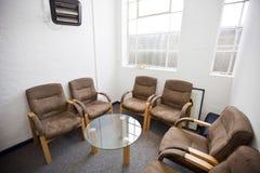 Interior de la sala de espera con las sillas y de la tabla en la estación de televisión Fotos de archivo libres de regalías