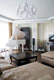 Interior de la sala de estar con el piano blanco Imagenes de archivo