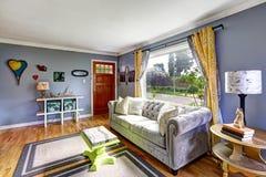 Interior de la sala de estar con la ventana grande Imágenes de archivo libres de regalías