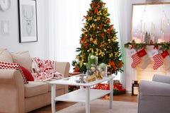 Interior de la sala de estar adornado para la Navidad Foto de archivo libre de regalías