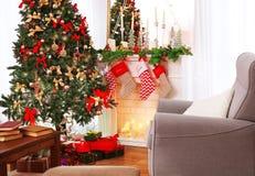 Interior de la sala de estar adornado para la Navidad Imagenes de archivo