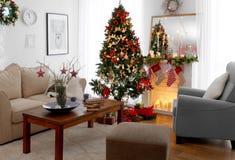 Interior de la sala de estar adornado para la Navidad Imagen de archivo