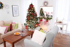 Interior de la sala de estar adornado para la Navidad Imagen de archivo libre de regalías