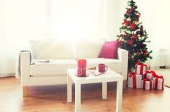 Interior de la sala de estar con el árbol de navidad y los regalos Fotos de archivo libres de regalías