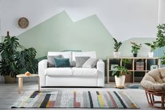 Interior de la sala de estar con el sofá imagen de archivo libre de regalías