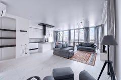 Interior de la sala de estar en casa moderna Fotos de archivo libres de regalías
