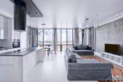 Interior de la sala de estar en casa moderna Imágenes de archivo libres de regalías